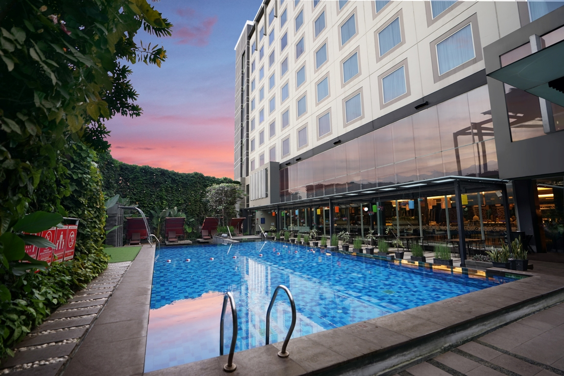 Outdoor Pool Holiday Inn Bandung